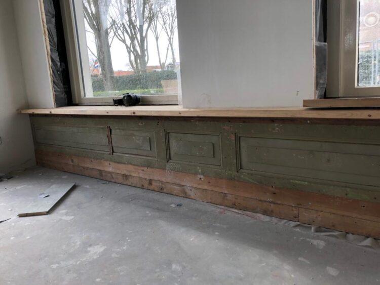 De panelen onder de vensterbanken