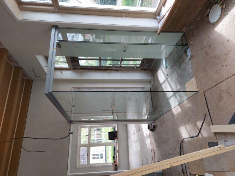 De glazen entree is geplaatst