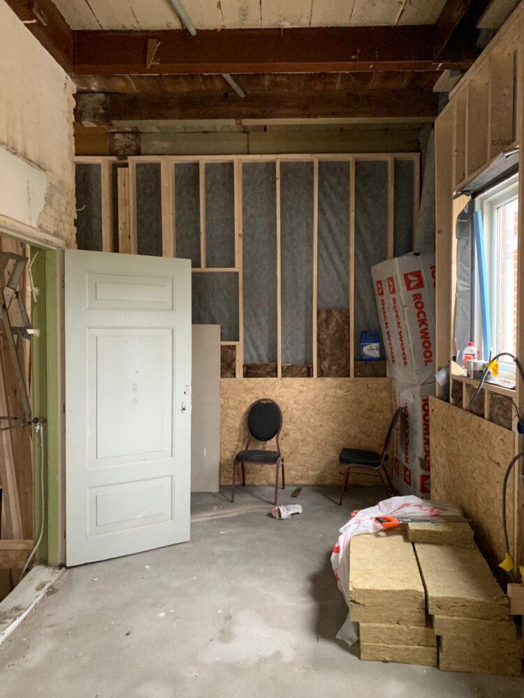 De nieuwe keuken, links de deur naar de kelder