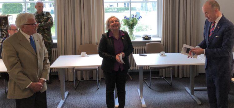 Jan Holwerda biedt de themanummers aan CdK Arno Brok en minister Ank Bijleveld aan