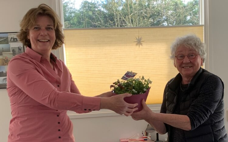 Annemarth Sterringa (rechts) wordt welkom geheten door Joyce van Bon ('t Heer en Feer).