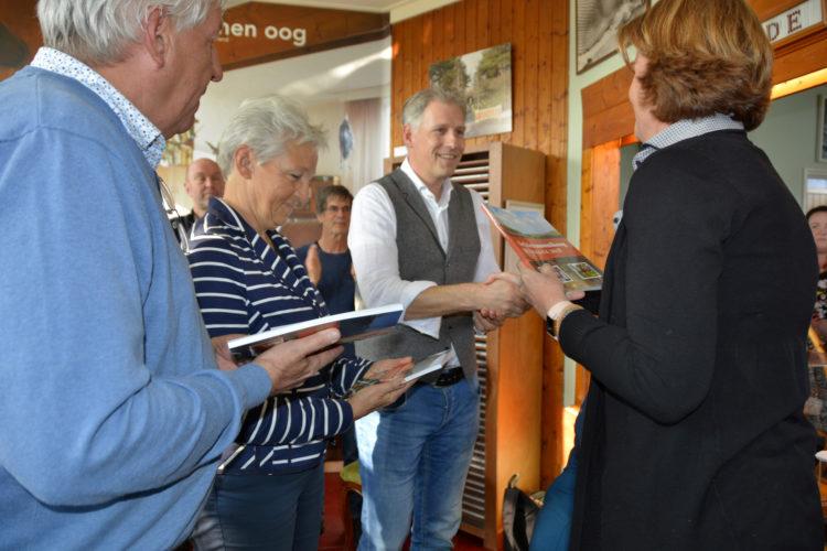 Joyce van Bon, voorzitter 't Heer en Feer overhandigde het eerste Jaarboek 2018 aan de Koningskinderen (foto Romy Dam)