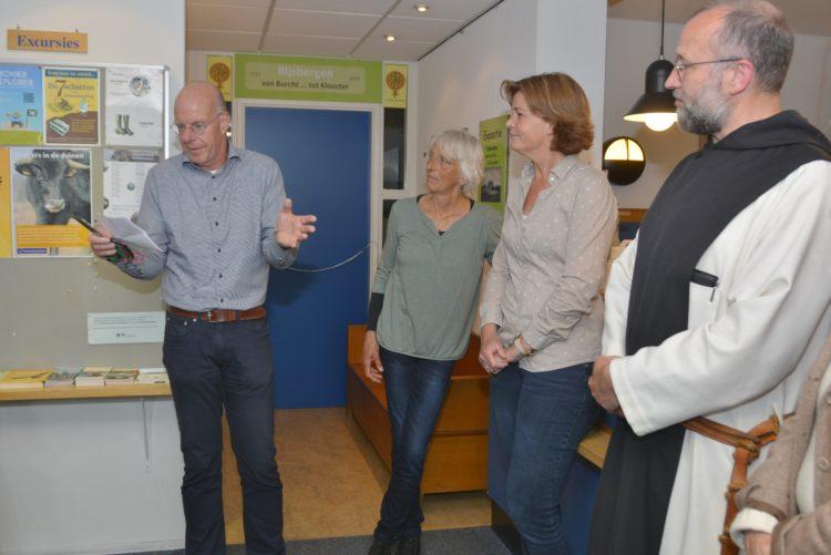 Tjeerd Jongsma opent de tentoonstelling, geflankeerd door Els Claessens, Joyce van Bon en broeder Alberic. Foto's Romy Dam.