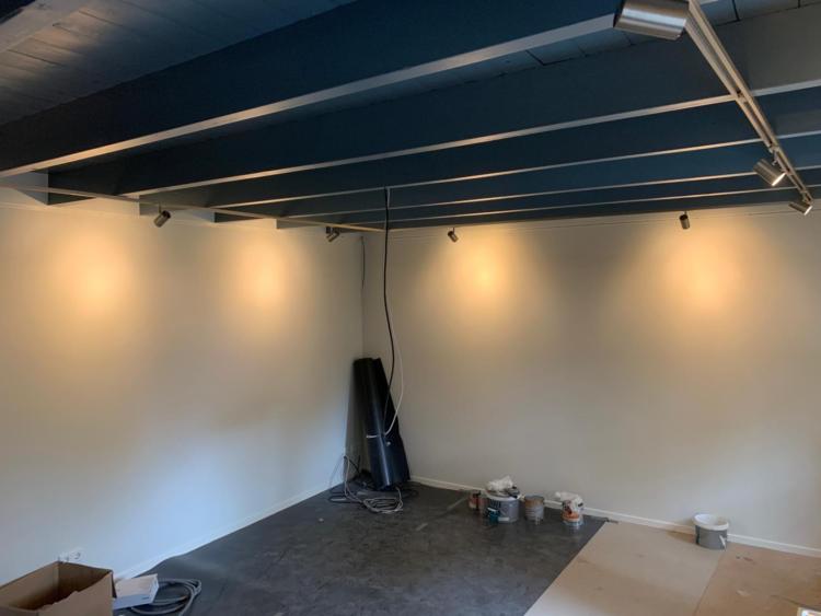 De filmzaal/atelier wordt sfeervol verlicht