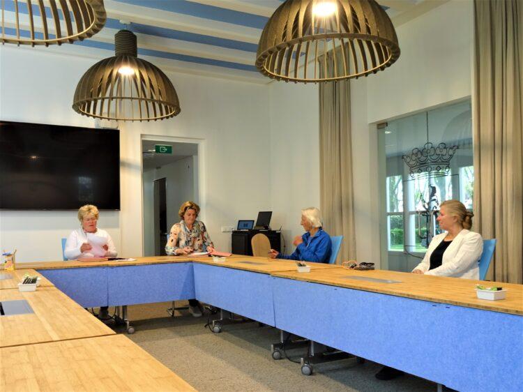 Huurcontract Koningshuis wordt getekend! Vlnr: Burgemeester Ineke van Gent, Joyce van Bon, Els Claessens en Etty v/d Veer van 't Heer en Feer (foto Annemarth Sterringa)