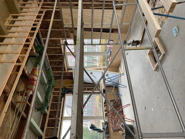 Om de steunbalk in de voormalige woonkamer wordt een koof gebouwd