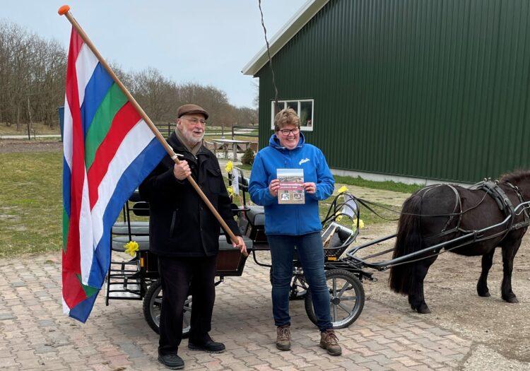 Eric Augusteijn biedt 1e Jaarboek 2020 aan Sietske van der Bijl-Holwerda aan