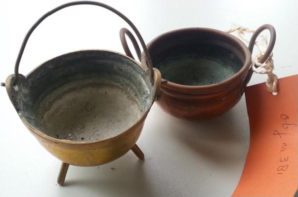 Twee koperen bakjes