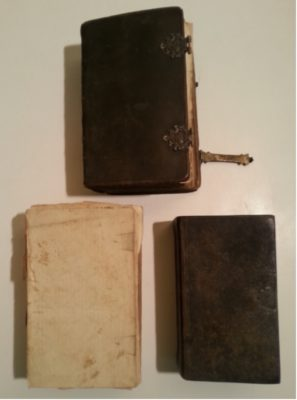 Doos met 3 bijbels, div. documenten, 2 lakstempels