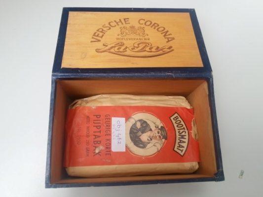 Sigarenkistje met pak pijptabak Bootsmaat