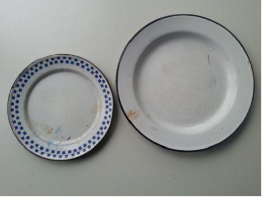 Twee geëmailleerde borden