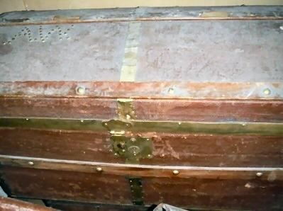 Kist – bruin bolle deksel, koperen beslag . Initialen : A.W.