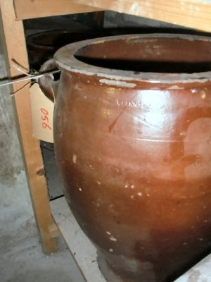 Twee grote bruine Keulse potten