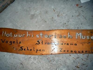 """Gevelbord van hout  'natuur historisch museum'"""""""