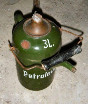 Petroleumkan met tuit en deksel