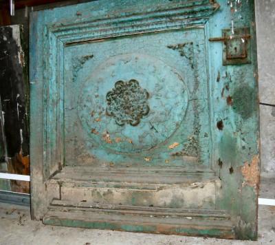 Houten deur in twee delen met ornamenten.