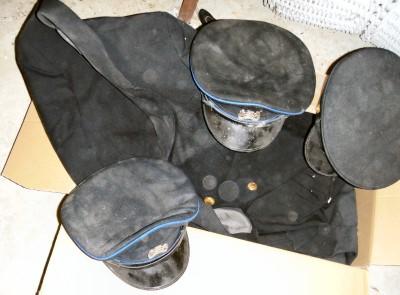 2 uniformjasjes + 3 petten politie