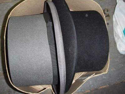 Twee hoge hoeden,1 x grijs en 1 x zwart