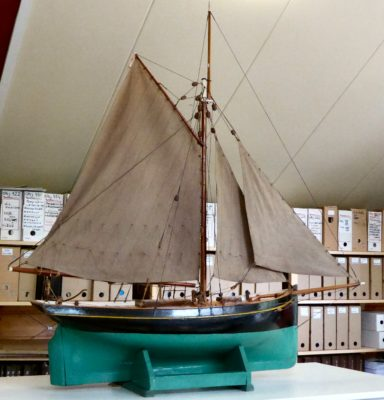 Zeilschip op houten onderstel