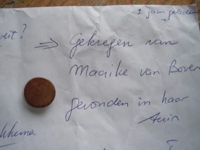 Oud knoopje gevonden in de tuin van Maaike Klunne