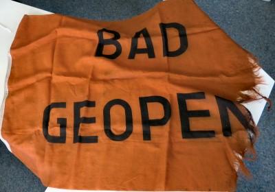 Vlag met tekst: Bad geopen(d)
