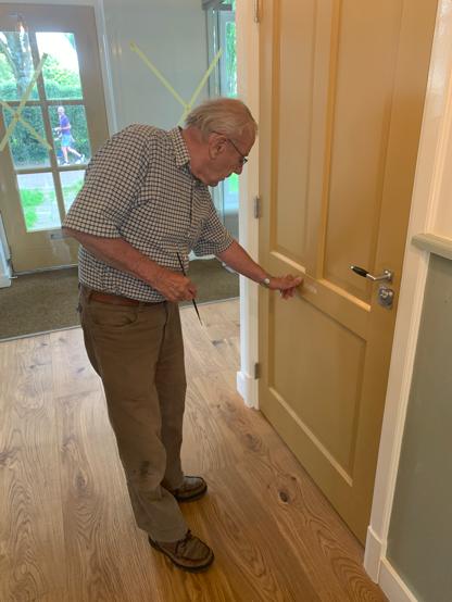 Opschriften worden op de deuren aangebracht