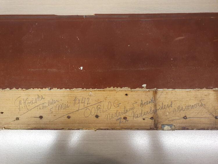 Foto (Jos Hoekstra): Op het blanke gedeelte van plank is met potlood de tekst geschreven.