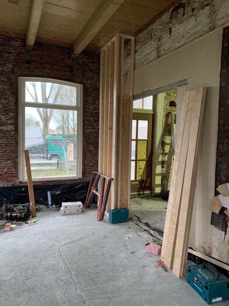 Meterkast is verplaatst naar de voordeur, vloer is gestort en balkenplafond is weer zichtbaar.
