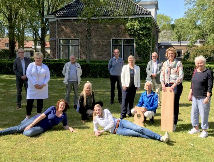 Na de ondertekening poseren alle aanwezigen voor het Koningshuis (foto Jacqueline Frijters, Gemeente Schiermonnikoog)