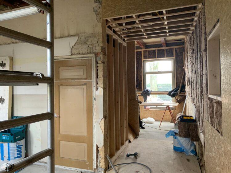 De nieuwe doorgang boven de kelder, op de vloer komt een glasplaat