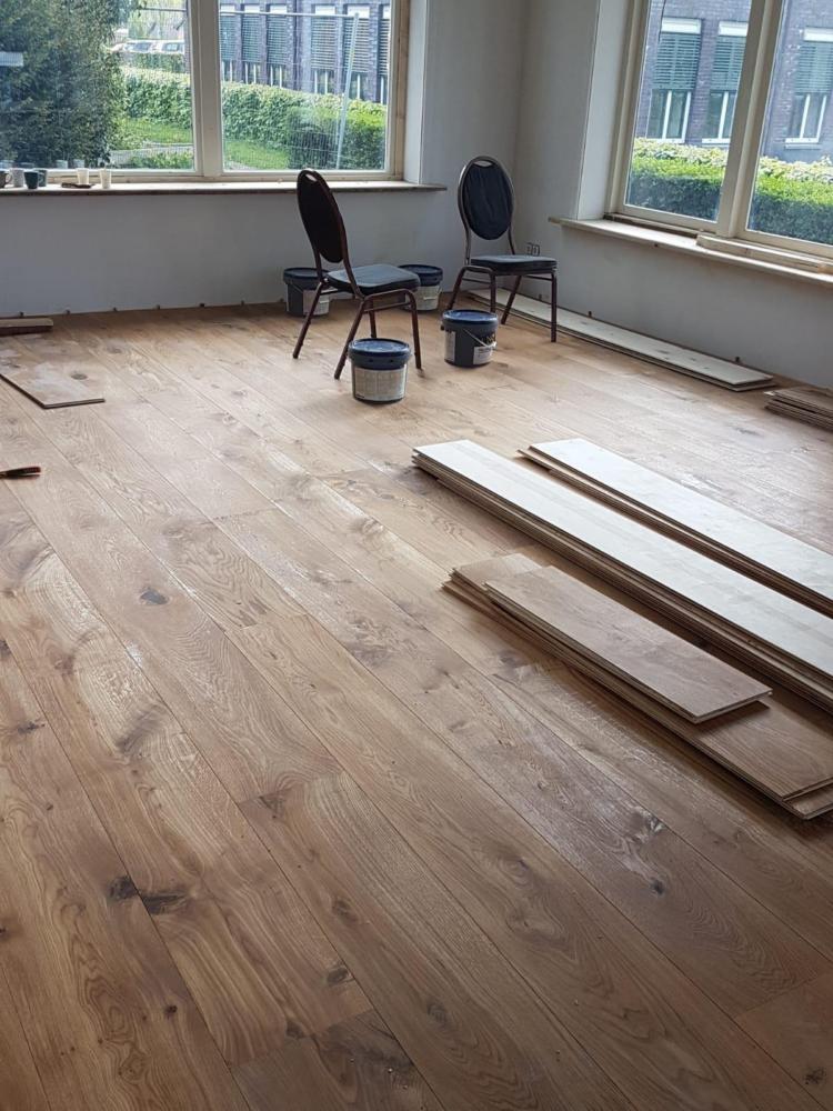 De nieuwe vloer in de woonkamer