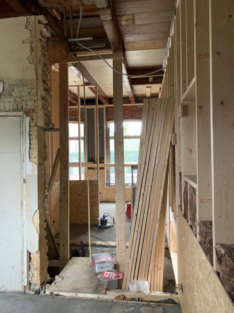 Er komt een doorgang aan de noordzijde van het pand, boven de kelder komt een glazen vloer