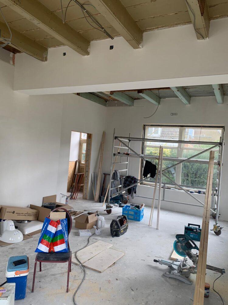 Het installatiewerk in de woonkamer is klaar